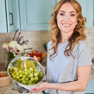 TREAT YOUR BODY RIGHT! [ad] I ❤️ a treat, but I especially ❤️ one that loves me back. Grapes help take care of your body in so many ways, including supporting a healthy lifestyle.  Fresh @grapesfromca 🍇 are a tasty and calorie-smart way to support overall health. They're refreshing and satisfying 😋 without added fat, sodium or sugar, like you find in lots of packaged snacks. Grapes are a natural source of antioxidants and other polyphenols, which support healthy cell function. A ¾ cup of grapes serves up just 90 calories, plus grapes are linked to a variety of health benefits, including a healthy ❤️ 🧠 and skin.  Got 🍇 questions? Let me know how I can help!  📷 by @laurenvolo; 💄 by @melissaformicabeauty  #grapesfromca  #gowithgrapes  #unprocessedfood  #healthysnacks  #hearthealth  #hearthealthyfood  #brainhealth  #foodsforbrainhealth  #eatmorefruitsandveggies  #eatingincolor  #antioxidants  #polyphenols  #naturescandy  #skinhealthtips