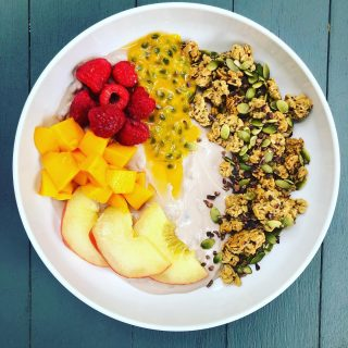 💚 MAKE TIME TO FEED YOU! 💚 If you're a parent, you know that the end of the school year/start of camp, is just as busy as the start of the school year. And you also likely spend a fair amount of time making sure you're sending those kiddos off to school with an energizing breakfast 🥣 🍌 🥚 🥛  But do you do the same for yourself? I'm guessing that it's a no on some days. I get it—mornings are HECTIC 🤪! Sometimes it's all you can do to just put clothes on and grab a cup of ☕️  Here's a secret 🤫 I do that too. But when I get back from dropping those 3 kids off, I make myself something special and 😋 and nourishing. Because let's face it, if we don't take care of ourselves, who will? Here's an example of one of those nourishing, balanced breakfasts. I started with oat milk yogurt (from @icelandicprovisions) and topped it with ripe, seasonal fruits, including 🍩🍑, 🥭 raspberries and passion fruit, plus ancient grain granola (@purely_elizabeth) and some cacao nibs (great for 🧠 health) and pumpkin seeds to fuel my 💪🏽  It was super satisfying and will keep me going until lunch. How do you take care of yourself on busy mornings? And if you're not, I'm happy to help you figure out how. DM me 😊 #oatmilkyogurt  #yogurtbowl  #rainbowbowl  #passionfruit  #mango  #freshfruits  #seasonalproduce  #donutpeach  #dontfearfruit  #ancientgrains  #granolabowl  #cacaonibs  #brainhealth  #pumpkinseeds  #magnesium  #selfcare  #takecareofyou  #nourishyourbody